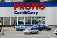 电视节目预告现金和cary商店在维尔纽斯市Ukmerges街道集中 免版税图库摄影