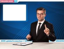 电视记者对最新新闻说在他的有拷贝空间的演播室书桌 免版税库存照片