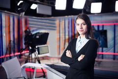 电视赠送者录音在新闻演播室 提出业务报告的女性新闻工作者船锚,记录在电视演播室 库存照片