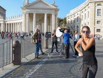 电视马戏团采访的人民在圣皮特圣徒・彼得的广场 库存照片