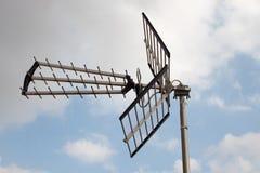 电视/无线电天线有天空和云彩的作为背景 库存图片