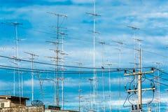 电视antena云彩在蓝天的 图库摄影