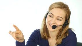 电话中心代表谈话在热线服务电话,耳机电话推销正面女性电话中心代理在工作 慢 股票视频