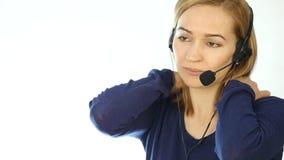 电话中心代表谈话在热线服务电话,耳机电话推销正面女性电话中心代理在工作 慢 股票录像