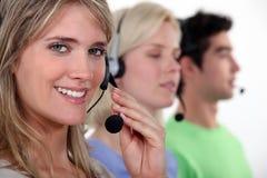 年轻电话中心工作者 免版税库存图片