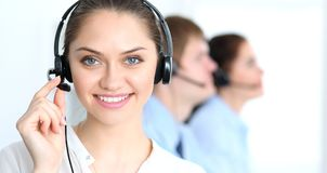 电话中心操作员在工作 在女商人的焦点耳机的 免版税库存图片