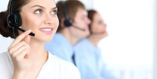电话中心操作员在工作 在女商人的焦点耳机的 图库摄影