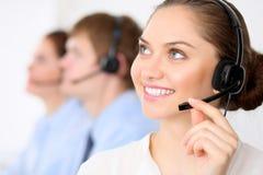 电话中心操作员 耳机的年轻美丽的女商人 3d背景呼叫中心图象查出白色 耳机的男性电话操作员在 库存图片