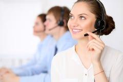 电话中心操作员 耳机的年轻美丽的女商人 3d背景呼叫中心图象查出白色 耳机的男性电话操作员在 库存照片