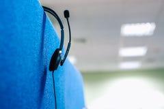 电话中心耳机耳机话筒谈的工作场所 免版税图库摄影