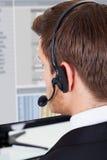 电话中心顾问佩带的耳机在办公室 免版税库存图片