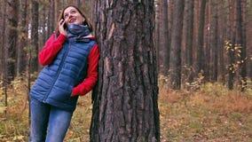 电话交谈在秋天森林里 股票视频