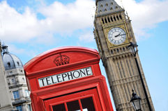电话亭和大本钟在伦敦 免版税库存图片