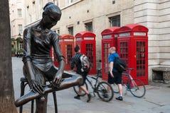 电话亭和雕象在伦敦 库存图片