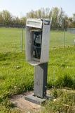 电话亭在一个农村领域或牧场地 图库摄影