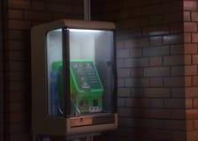 电话亭在夜之前在新宿 免版税库存照片