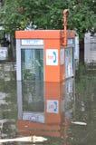 电话亭在曼谷,泰国一条被充斥的街道immerged, 2011年11月06日 库存图片