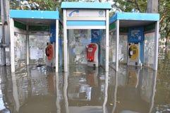 电话亭在曼谷,泰国一条被充斥的街道immerged, 2011年11月06日 免版税库存照片
