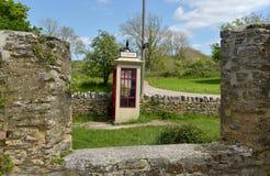 电话亭在Tyneham离开的村庄  免版税图库摄影