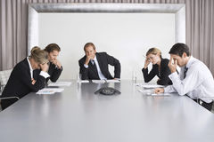 电话会议的严肃的商人 免版税库存图片
