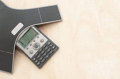 电话会议设备在木办公桌上和从上面竞争 免版税图库摄影