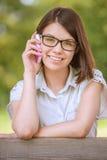 电话俏丽的联系的妇女年轻人 免版税库存图片
