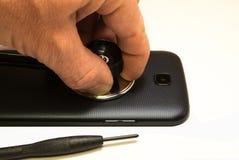 电话修理 修理并且恢复残破的电话 免版税库存照片