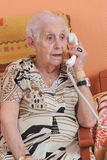 电话前辈妇女 免版税库存图片