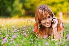 电话告诉的妇女年轻人 免版税库存照片