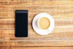 电话和咖啡 免版税库存图片