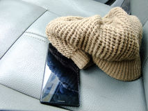 电话和帽子在前座 免版税库存图片