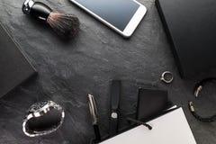 电话和时钟,在一个灰色背景自由空间的礼物盒 免版税库存照片