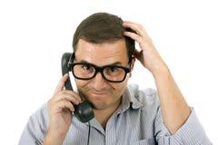 戴电话和眼镜的年轻人 免版税图库摄影