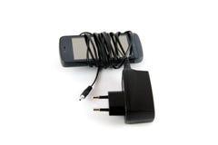 电话和黑色充电器 库存图片