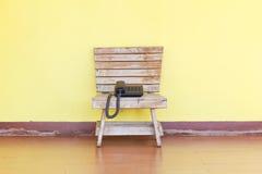 电话在一把木椅子站立 库存图片