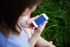 电话在女孩的手上 免版税库存图片