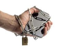 电话在手中被包裹的链子 免版税库存图片