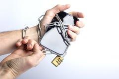电话在手中被包裹的链子 库存图片