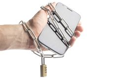 电话在手中被包裹的链子 免版税库存照片