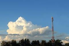 电话塔和云彩 图库摄影