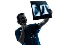 医治电话审查的肺躯干的x外科医生放射学家 图库摄影
