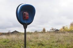 电话渗透国家 硬币电话在一个遥远的村庄 免版税库存图片
