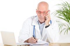 电话的一位医生一个他的办公室 图库摄影