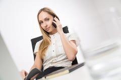 电话的俏丽的夫人 免版税图库摄影