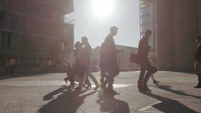 电话的办公室去的步行者,当通勤工作时 股票视频