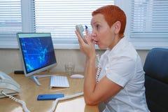 电话的办公室经理 妇女呼喊入电话 表情,情感,悟性反应,重音 神经 库存照片