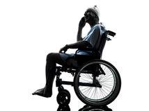 电话的受伤的人愉快在轮椅 库存照片