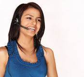电话的可爱的微笑的亲切的妇女帮助的顾客 免版税库存照片