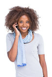 电话的可爱的浅黑肤色的男人 免版税库存照片