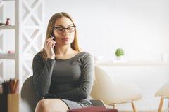 电话的可疑女实业家 免版税库存照片